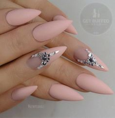 Although almond shape of nails last season was not so popular in fashion, on the streets it is particularly in young generation.