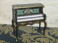 He aquí mi piano, bueno, tenia por casa la mesita del tocador del palacio de muñecas y no sabia qué hacer con ella asi que se me ocurrió ha...