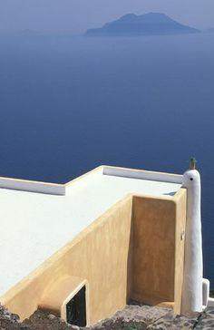 Italia Isola di Alicudi. Una veduta dell isola di Filicudi, in basso una tipica casa eoliana   Alfio Garozzo