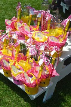Great idea for the next kids party! Just put some lemonade bottles and some treats in a bucket and let's get the party started! 1st Birthday Girls, Birthday Fun, First Birthday Parties, First Birthdays, Birthday Ideas, Pink Lemonade Party, Lemon Party, Party Fiesta, Sunshine Birthday