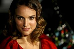 Natalie Portman graduated from Harvard University and was published in a scientific journal twice. She was also a guest lecturer at Columbia University course in terrorism and counter terrorism. Natalie Portman, Loose Waves Tutorial, David Gordon Green, Beautiful People, Most Beautiful, Beautiful Women, New Cinema, Future Wife, Famous Women