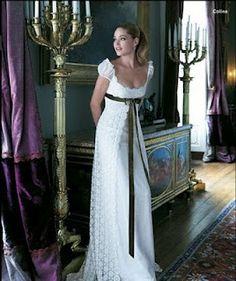 En 1790 en París nace la moda el estilo Imperio, dónde el comienzo de la falda no estaba en la cintura sino debajo del pecho