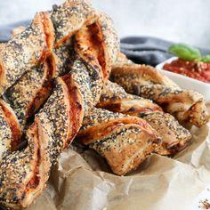 Erinnerst du dich an die herzhaften Knusperstangen beim Bäcker? Diese leckeren Stangen kannst du ganz leicht veganisieren, ich zeig dir wie es geht!