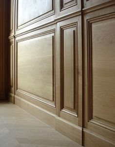 Zoom sur des boiseries murales - détail des pilastres Wooden Wall Cladding, Wooden Wall Panels, Timber Cladding, Wooden Walls, Interior Cladding, Interior Trim, Interior Styling, Interior Architecture, Interior Design