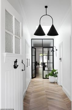 Real reno: Melbourne Bayside bungalow's modern makeover – The Interiors Addict Bungalow Interiors, Bungalow Renovation, California Bungalow Interior, Modern Bungalow Homes, Modern Houses, Style At Home, Estilo Hampton, Architecture Renovation, Flur Design