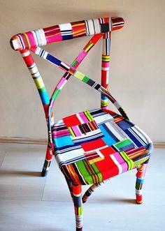 Encontramos estas fantásticas cadeiras forradas em tecido à venda na E tsy O efeito é espantoso, e a ideia parece-nos interessante...