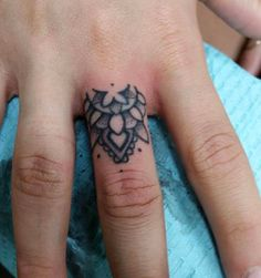 http://www.revelist.com/arts/teeny-tiny-finger-tattoos/4839/Mandala goals./15/#/15