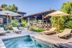 Bien en location par l'Agence Jane Wooden Cabins, Wooden Decks, Wooden House, Industrial Home Design, Industrial House, Style Villa, Pool Activities, Golf Theme, Landscape Photography