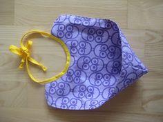 Kahr Kreation: DIY hagesmæk i voksdug Sewing For Kids, Baby Sewing, Diy For Kids, Baby Gym, Baby Slippers, Baby Hacks, Diy Baby, Baby Bibs, Needle And Thread