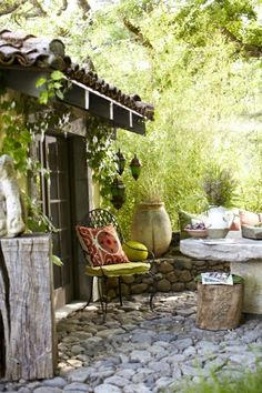 deco jardin,table et chaises de jardin en fer forgé, joli cour de maison
