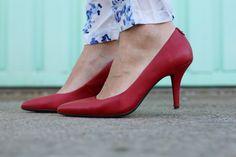 Casual Look. Pantalones de flores. A trendy life. #casual #bluelook #floweredpants  #redstilettos  #details #mango #bershka #oxygene #lacambra #pepejeans #michaelkors #outfit #fashionblogger #atrendylife www.atrendylifestyle.com