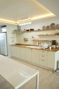 28 Best Ideas For Kitchen Cabinets Wooden Kitchen Cabinets And Backsplash, Kitchen Island Bench, Cafe Furniture, Wooden Kitchen, Living Room Interior, Country Kitchen, Home Kitchens, Home Remodeling, Kitchen Design