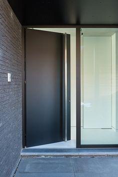 Modern Entrance Door, Modern Exterior Doors, Entrance Foyer, Exterior Design, Entryway Decor, Black Interior Doors, Black Interior Design, Flat Interior, Minimalist Interior