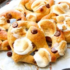NO boil, NO rise - HOMEMADE soft pretzels! With a chocolate s'more's lover twist! Desserts To Make, Delicious Desserts, Yummy Food, Awesome Desserts, Healthy Desserts, Fun Food, Cupcake Recipes, Dessert Recipes, Pretzel Recipes