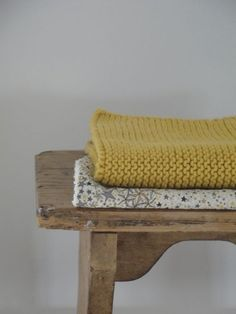 I looooooove garter stitch! Big Knit Blanket, Knitted Blankets, Diy Laine, Big Knits, Wooden Stools, Knitting Wool, Home And Deco, Simple House, Textiles
