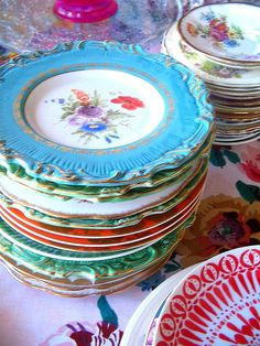 mismatched vintage china. love this look.