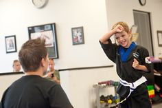 Coordination - this skill will help students develop skills associated with knowing their leg and right hands and feet! Lee Movie, Self Defense Classes, Learn Krav Maga, Art Of Fighting, Hand To Hand Combat, Martial Arts Training, Street Fights, Left And Right Handed, Ninjas