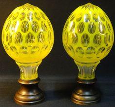 Par de pinhas em cristal francês Baccarat overlay do séc. XIX, em doublé amarelo e branco, lapidadas com elementos ovóides e navetes. Base em bronze torneado. Alt.: 23cm. Base R$ 2.200,00