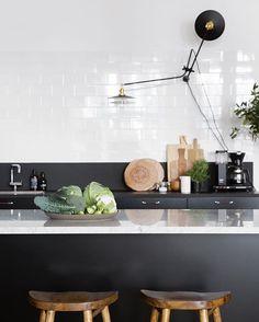 New blogpost ➡️ Trendenser.se (Link in profile ) from our studio Kitchen at Spinneriet #kitchen #köksö #kök #barstolar #marmor #marmorbänskiva #svartkök #köksinspo : @bodilfotograf