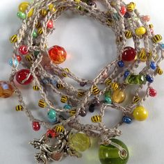 Bracciale 7 giri o collana lavorazione uncinetto con perline vetro multicolor e charm angioletti
