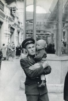 Henri Cartier Bresson - The Wife is Shopping, Moscow 1955