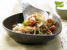 """Eine sizilianische Kreation: """"Pasta alla Norma"""" – benannt nach einer Bellini-Oper.Auberginen-Spaghetti - mit Tomaten und Basilikum - smarter - Kalorien: 524 Kcal - Zeit: 50 Min.   eatsmarter.de"""