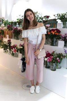 Off-Shoulder Top und Culottes in Rosa sind das perfekte Outfit für Frühling un. Off-shoulder top and culottes in pink are the perfect outfit for spring and summer! Discover even more outfit ideas an Dresses For Teens, Outfits For Teens, Casual Outfits, Fashion Outfits, Elegante Y Chic, Culottes Outfit, Pink Culottes, Inspiration Mode, Fashion Inspiration