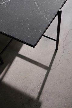 Sofabord i sort marmor fra HANDVÄRK. Marble Furniture, Dark Furniture, Colorful Furniture, Home Interior, Interior Styling, Danish Interior, Tile Top Tables, Marble Tables, Home Modern
