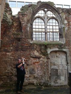 Innenhof der erhaltenen Ruine von St. Kolumba in Köln. Frank fotografiert einen Teil der Aussenmauer mit modernen Gebäuden im Hintergrund.
