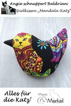 Kleine Spielkissen für Katzen mit einer Baldrian-Vorliebe. All unsere Vögelchen sind mit getrocknetem, gehäkseltem Bio-Baldrian gefüllt. Wir sind uns sicher, dass Katzen den Unterschied zwischen echten Kräutern und synthetischen Duftstoffen erkennen. Coin Purse, Purses, Bags, Handmade, Games, Cushion, Handbags, Handbags, Coin Purses