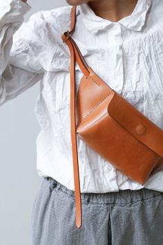 Melete Paper Plane Sac Enso Edition Caramel Source by vbrten Accessories Paper Plane, Hip Bag, Leather Projects, Mode Outfits, Girly Outfits, Vegetable Tanned Leather, Leather Design, Leather Accessories, Leather Working