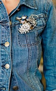 I love denim jackets, they can make you look like a million dollars for minimal dollars . denim jacket with vintage brooches Estilo Fashion, Look Fashion, Womens Fashion, Fashion Trends, Denim Fashion, Estilo Glamour, Look Jean, Estilo Jeans, Denim And Diamonds