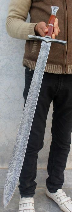 Damascus Steel Sword, Damascus Knife, Espada Rpg, Swords And Daggers, Knives And Swords, Sword Design, Cool Swords, Medieval Weapons, Armures