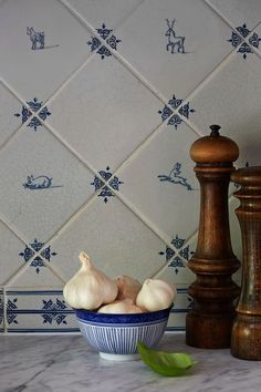 There is nothing like a classic white kitchen with blue accents, especially when it incorporates Delft tile to create a timeless and classic look. Delft Tiles, Blue Tiles, Blue Tile Backsplash Kitchen, Backsplash Ideas, Dutch Kitchen, Classic White Kitchen, Kitchen White, Handmade Tiles, Decoration