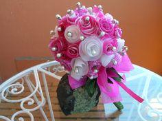 Bouquet alfileres de novia: En tonos rosas-fucsias y blacos. Flores hechas con papel vegetal pintado,
