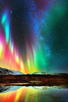 O arco-íris luzes do norte coloridas