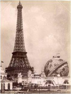 La Tour Eiffel et le Globe Céleste lors de l'exposition universelle de 1900.