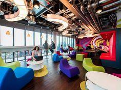 Dentro Google. Anche gli uffici di Dublino stimolano la creatività. Tanti colori e zone relax per i dipendenti (Reuters)