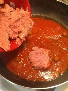 How to Make Spanish Corned Beef W/. Potatoes - Stir the sauce and then add in the corned beef. Canned Corned Beef, Corned Beef Recipes, Mexican Food Recipes, Boricua Recipes, Comida Boricua, Puerto Rican Dishes, Puerto Rican Recipes, Puerto Rican Chicken, Spanish Dishes