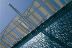 Zona 3 da Carta Bioclimática: resfriamento evaporativo. Fachada de vidro com cascata de água.