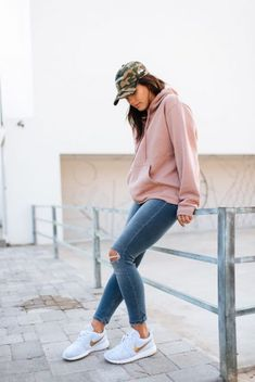 30 Stylish Women Fashion Hoodies You Cannot Miss this Fall! These are easy to wear and give a messy outlook to your attire. Pair women fashion hoodies with accessories and colorful converse shoes when out for a special occasion. Hoodie Outfit Casual, Sweatshirt Outfit, Jeans Und Sneakers, Sneaker Outfits Women, Fall Travel Outfit, Mode Grunge, Jugend Mode Outfits, Pullover Hoodie, Jeans And Hoodie