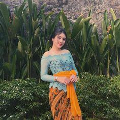 I 💗 Balinese Girls Traditional Fashion, Traditional Dresses, Elizabeth Taylor Eyes, Bali Girls, Kebaya Bali, Model Kebaya, Indonesian Girls, Bali Wedding, Beautiful Asian Girls