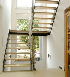 Diese Treppe mit den CPL Stufenplatten besteht aus einer Leimholzplatte im Kern, welche mit einer HDF-Platte von 3 mm Stärke belegt ist. Diese wird abschließend mit einem Laminatmaterial beschichtet.