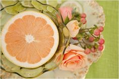 tischdeko ideas grapefruit citrus peel roses hypericum berries coral glass green dessert tablecloth