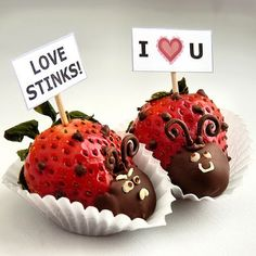 Chinitas hechas de frutillas y chocolate.