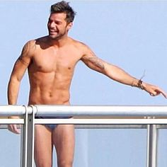 Pin for Later: Startet mit diesen Bildern freier Oberkörper in den Sommer Ricky Martin Source: Instagram user rickymartin