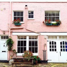 Blush so divine! @mewsingsldn here, swooning over this dreamy cottage with such cheering windowboxes by @andrea.inloveinlondon  #mewsings #pink #beautiful