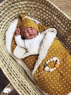 Wikkeldeken met bijpassend newborn mutsje en speenkoord Sewing For Kids, Baby Sewing, Nursery Room, Baby Room, Baby Nest Bed, Baby Zimmer, Little Monkeys, New Kids, Kids And Parenting