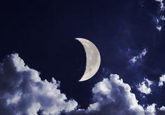 Если между «рожками» месяца мысленно поставить палочку и получается буква «Р», то это растущая Луна. Фото: Shutterstock