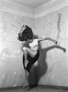 """Rocío Sagaó, 1950 - un ensayo del ballet """"El vuelo del alma"""" - Photo by Nacho López"""